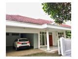Sewa Rumah Mewah di Jeruk Purut dengan Taman dan Kolam Renang yang Bagus, Jakarta Selatan - Semi Furnished